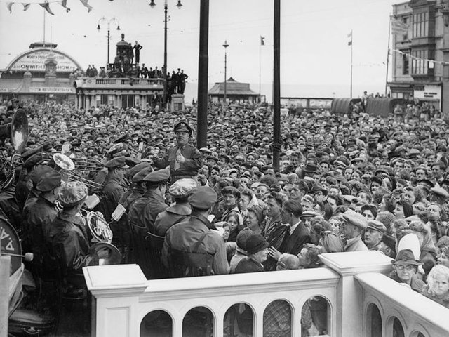 VE Day: US band and crowd in Talbot Square in 1945