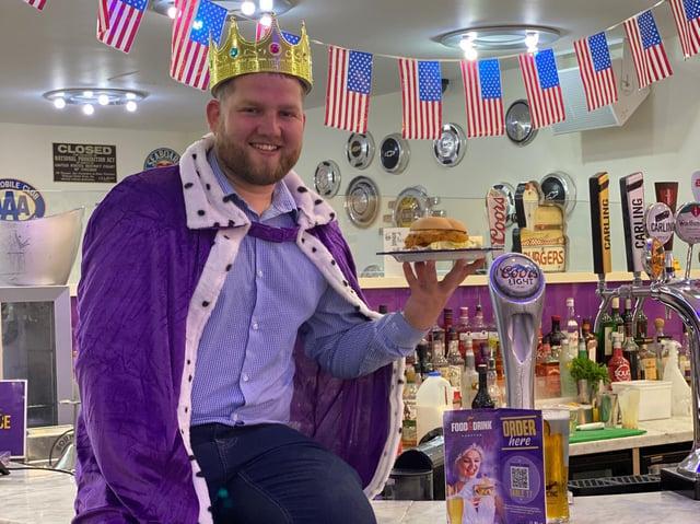 Le manager Kieran Dixon, qui est le père des filles Masie, huit ans, et Eve, se faisant passer pour un roi au Viva Vegas Diner à Blackpool