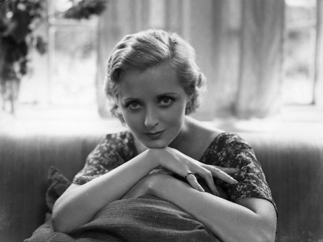 Evelyn Laye at her home, 1932. Photo: Getty Images